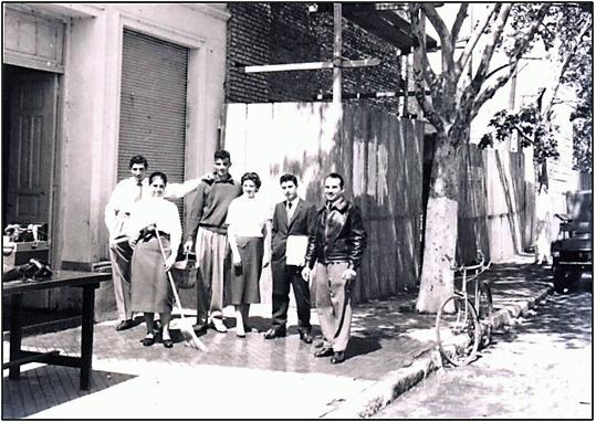 Parte de la subcomisión en la puerta del local vecinal (1956)